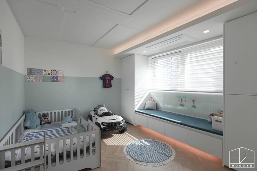 Dormitorios de niños de estilo  por 홍예디자인,