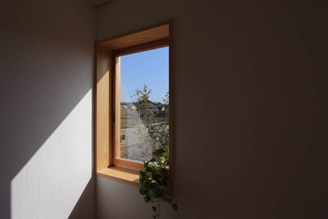 Wooden windows by 中山建築設計事務所