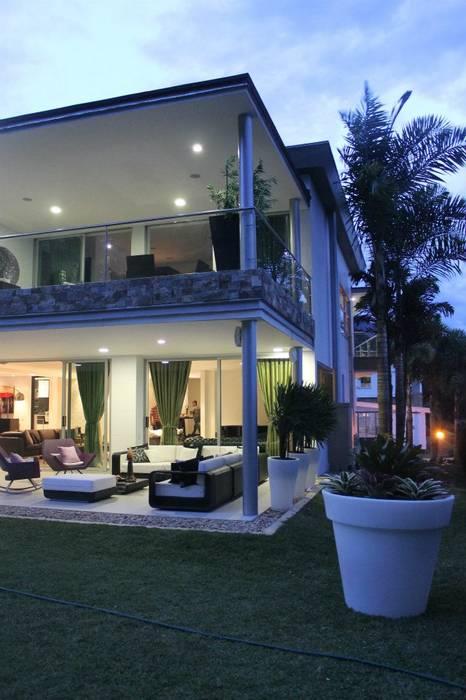 FACHADA ILUMINADA Casas modernas de IngeniARQ Arquitectura + Ingeniería Moderno