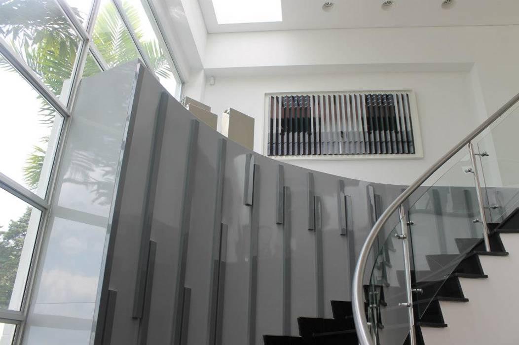 ESCALERA: Escaleras de estilo  por IngeniARQ Arquitectura + Ingeniería, Moderno