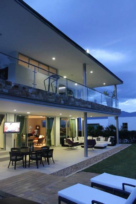 FACHADA ILUMINADA 2: Casas de estilo moderno por IngeniARQ Arquitectura + Ingeniería