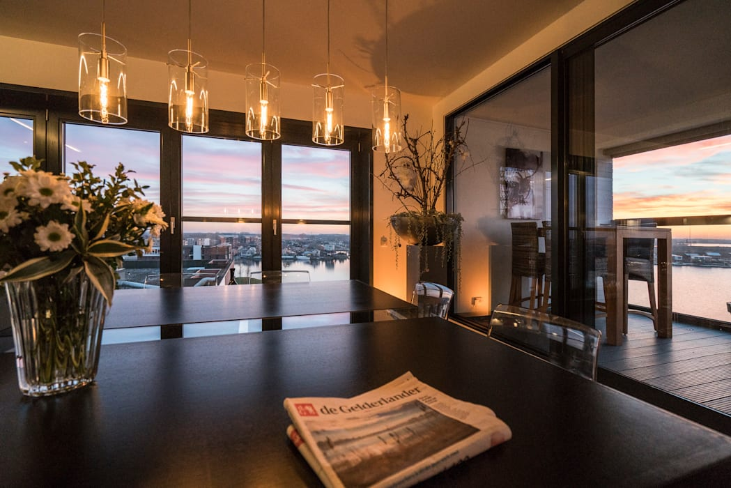 Lucht, Licht, Zicht: moderne Woonkamer door Masters of Interior Design