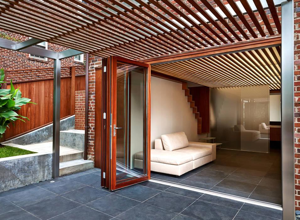 KUBE architecture Balkon, Beranda & Teras Modern