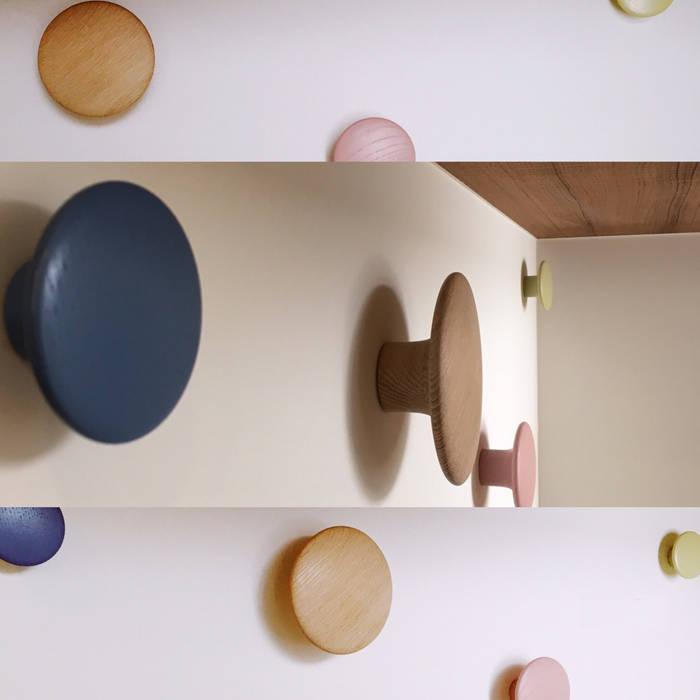 玄關上的實木染色的大小掛勾,添增活潑感:  走廊 & 玄關 by 大觀創境空間設計事務所