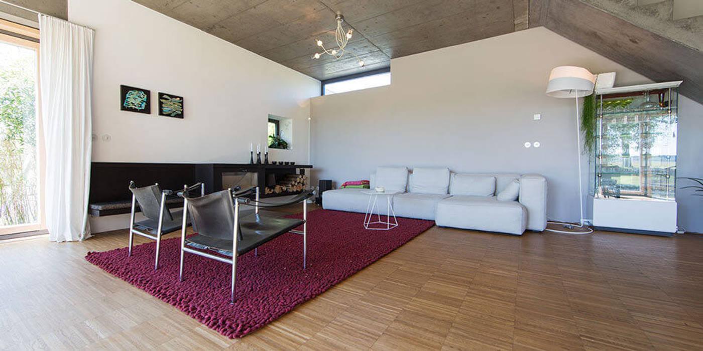 moderne innenarchitektur einfamilienhaus, einfamilienhaus kleintobel: moderne wohnzimmer von architekturbüro, Design ideen