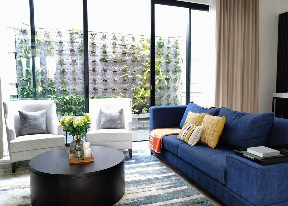 LV Residence: Ruang Keluarga oleh EquiL Interior,