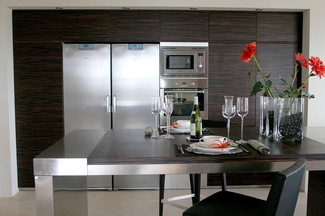 Diseño de cocina nueva en una villa de Sotogrande por Qum estudio: Módulos de cocina de estilo  de Qum estudio, tienda de muebles y accesorios en Andalucía , Moderno Hierro/Acero