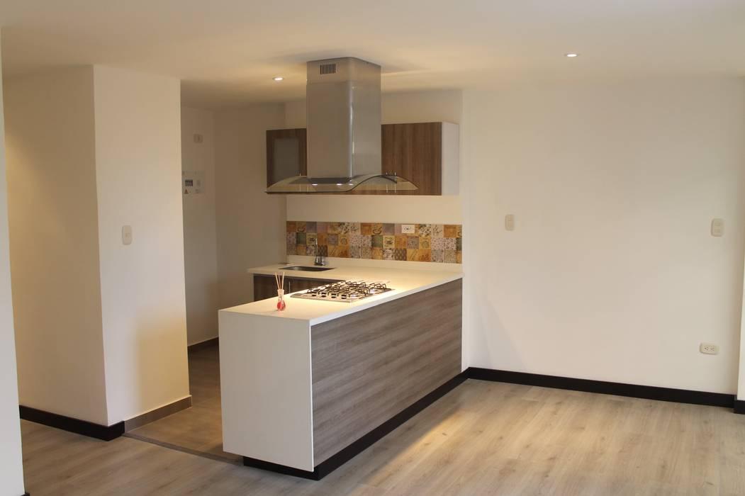 COCINA EN ISLA: Cocinas de estilo moderno por IngeniARQ Arquitectura + Ingeniería
