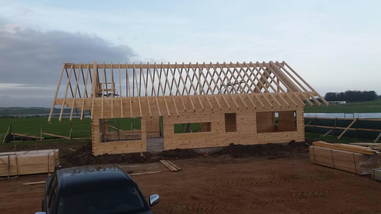 Casa en Uruguay (Construcción en 15 días) Superficie cubierta de 130 m2: Casas de madera de estilo  por Patagonia Log Homes - Arquitectos - Neuquén,