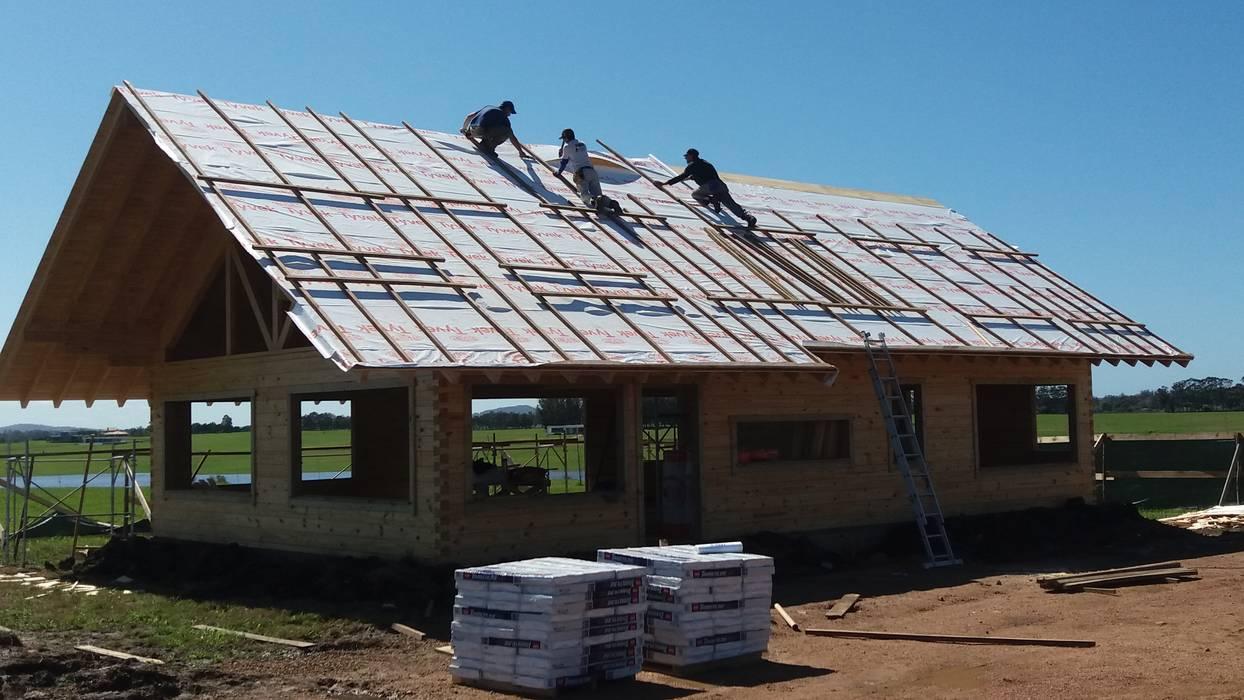 Casa en Uruguay (Construcción en 15 días) Superficie cubierta de 130 m2: Casas de madera de estilo  por Patagonia Log Homes - Arquitectos - Neuquén