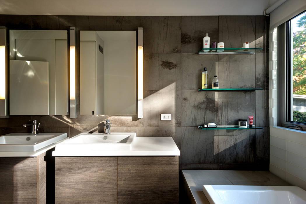 Baños modernos de KUBE Architecture Moderno