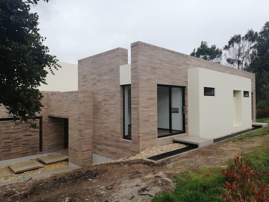 FACHADA OCCIDENTAL: Casas de estilo  por IngeniARQ Arquitectura + Ingeniería