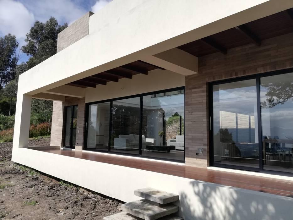 DECKS Balcones y terrazas de estilo moderno de IngeniARQ Arquitectura + Ingeniería Moderno