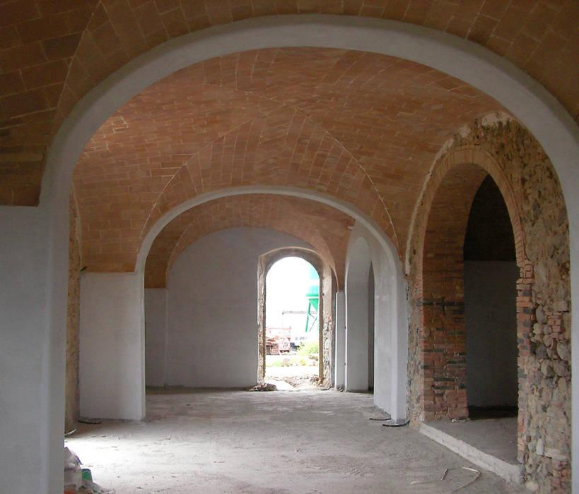 Koridor dan lorong oleh 2RED DESIGN STUDIO, Mediteran