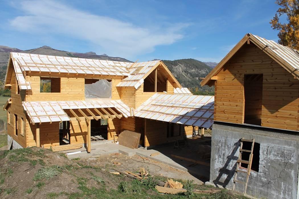 Casa di legno in stile  di Patagonia Log Homes - Arquitectos - Neuquén, Classico Legno massello Variopinto