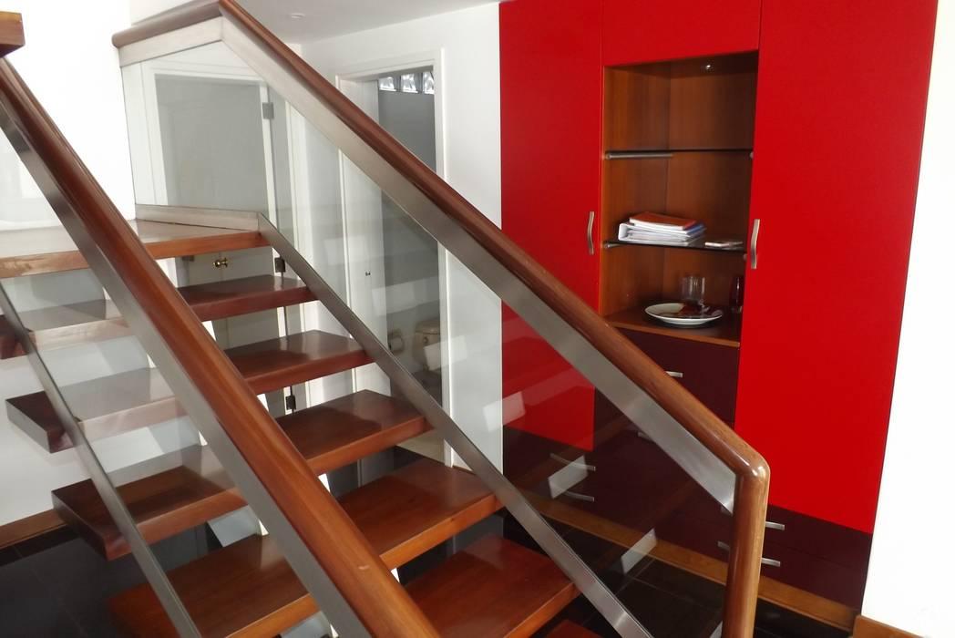ESCALERA: Escaleras de estilo  por L&E Inmobiland