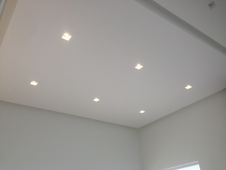 Casa Campestre Interior: Techos planos de estilo  por JLS ILUMINACIONES S.A.S., Moderno
