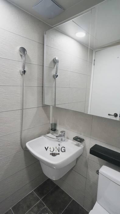 Minimalist style bathrooms by YONG DESIGN Minimalist