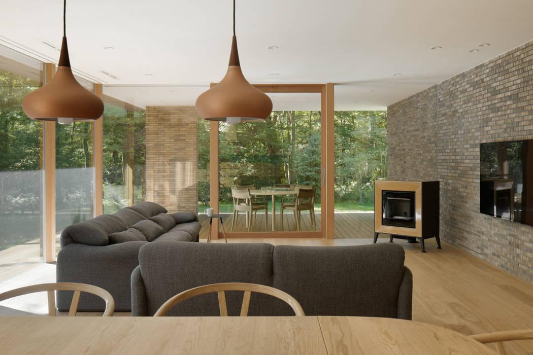 リビング 北欧デザインの リビング の atelier137 ARCHITECTURAL DESIGN OFFICE 北欧 木 木目調