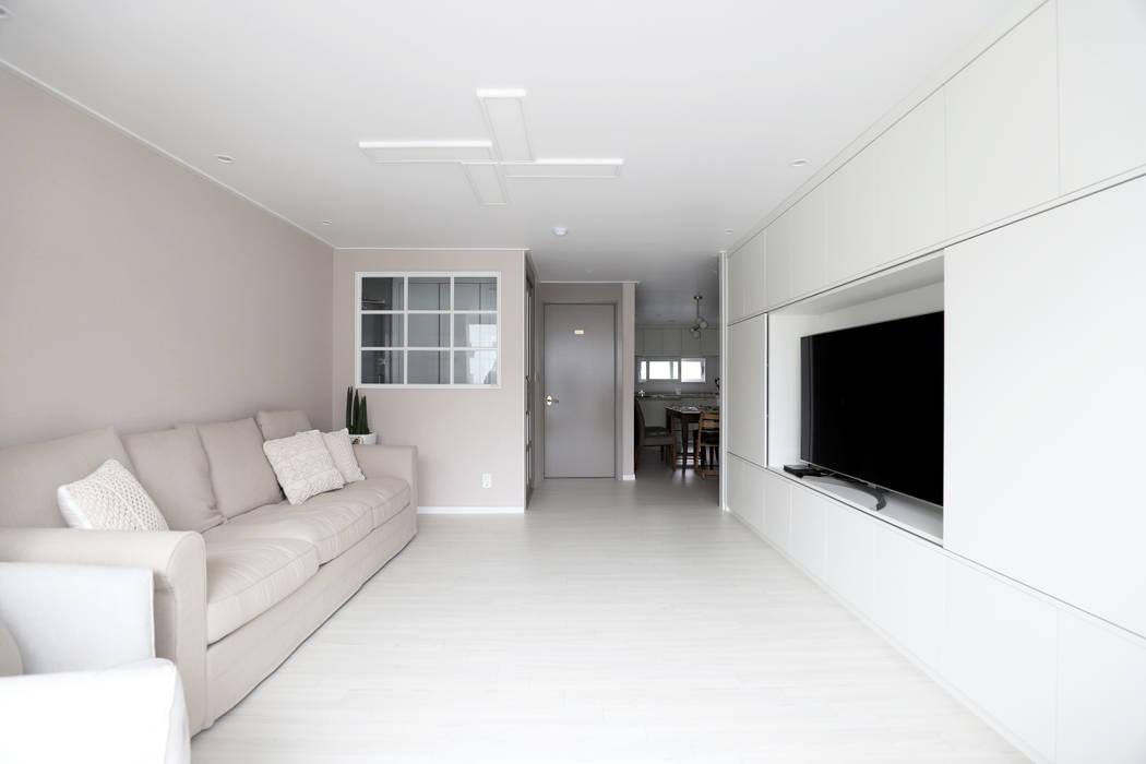 Living room by 디자인담다,