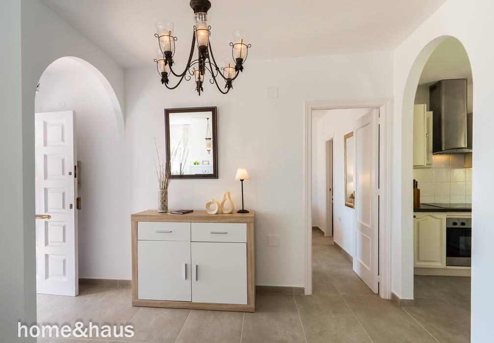 Koridor dan lorong oleh Home & Haus | Home Staging & Fotografía, Mediteran