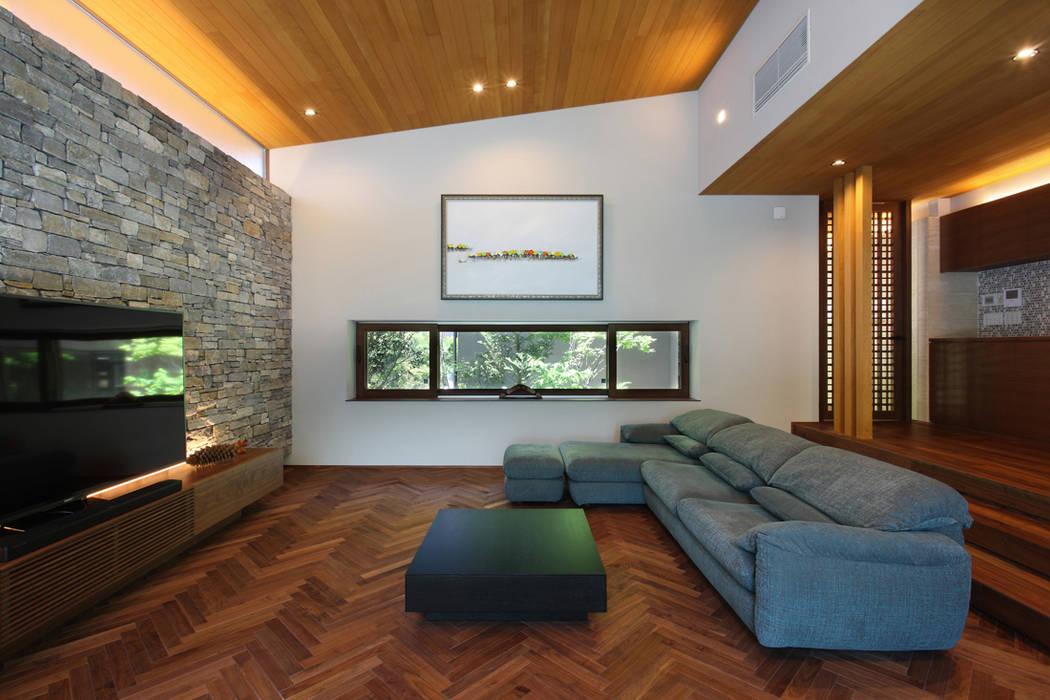 森と暮らす家  -週末住宅-: Studio tanpopo-gumi 一級建築士事務所が手掛けたリビングです。,