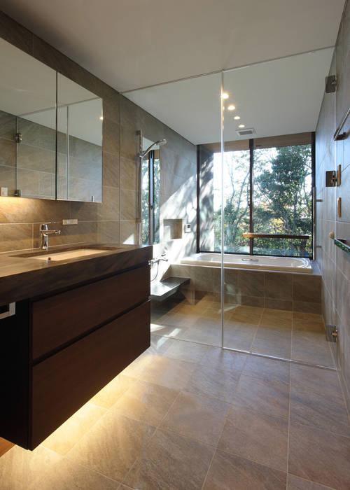 森と暮らす家  -週末住宅-: Studio tanpopo-gumi 一級建築士事務所が手掛けた浴室です。