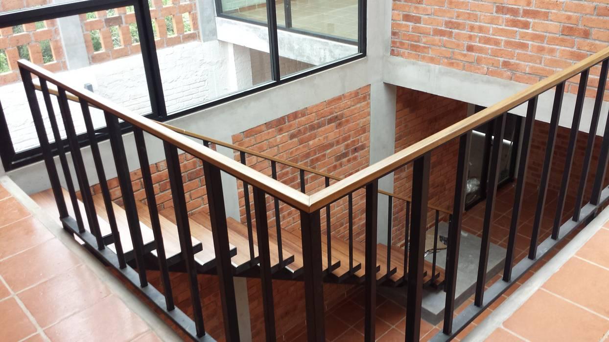 Escaleras.: Escaleras de estilo  por Creer y Crear. Arquitectura/Diseño/Construcción, Ecléctico Madera Acabado en madera