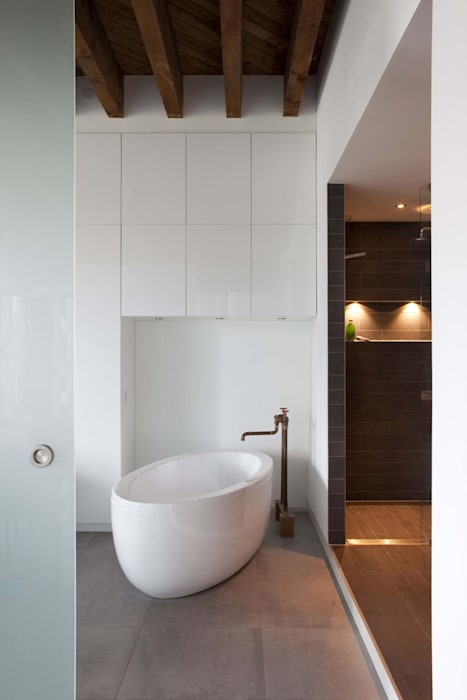 Lloydstraat 140, Rotterdam:  Badkamer door Thijssen Verheijden Architecture & Management