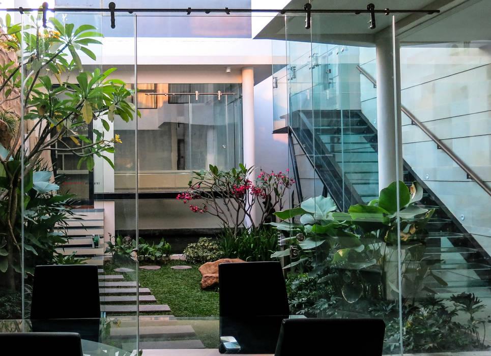 Glass   Green   Water Oleh AIGI Architect + Associates Minimalis Kaca