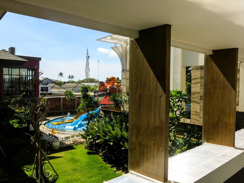 Adapted To Present: Koridor dan lorong oleh AIGI Architect + Associates,