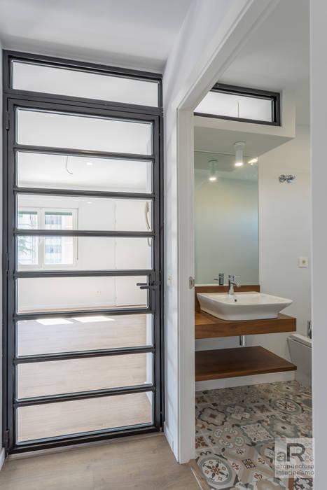 Reforma integral de piso en Sevilla Puertas modernas de Ares Arquitectura Interiorismo Moderno