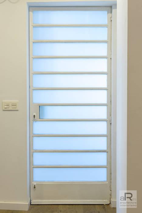 Apartamento para alquilar Puertas modernas de Ares Arquitectura Interiorismo Moderno