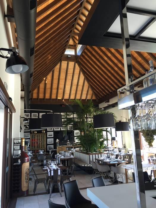 Cubierta de madera en Restaurante Puro Estrecho: Comedores de estilo  de ESTRUCTURAS DE MADERAS RIGÓN, S.L.U.