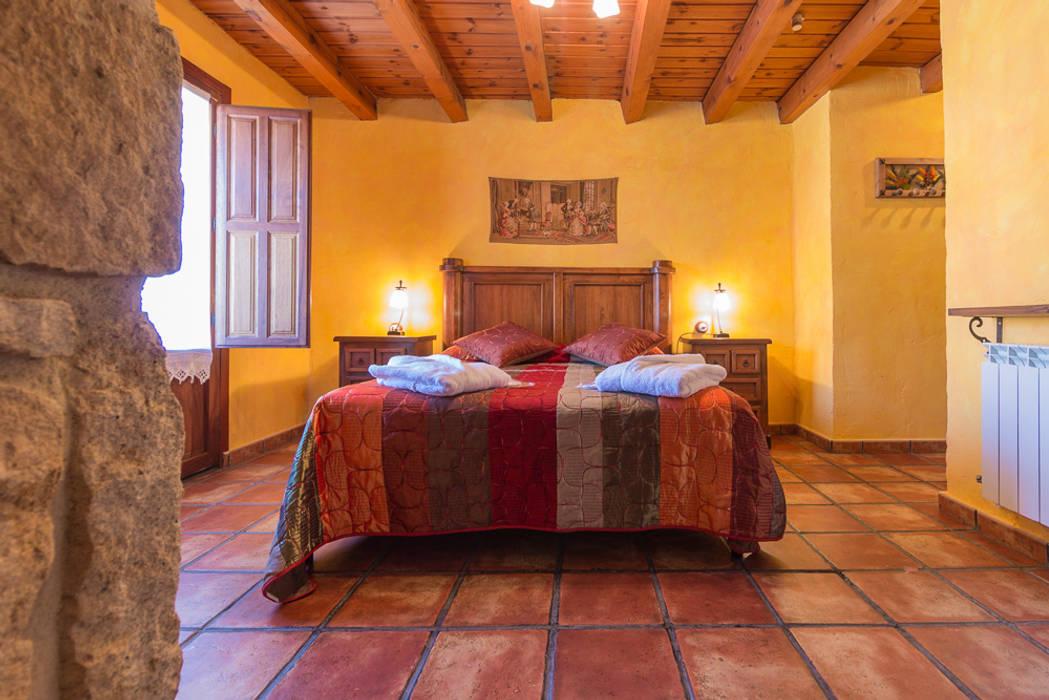 Hotel rural: Dormitorios de estilo  de Lares Home Staging - Photography