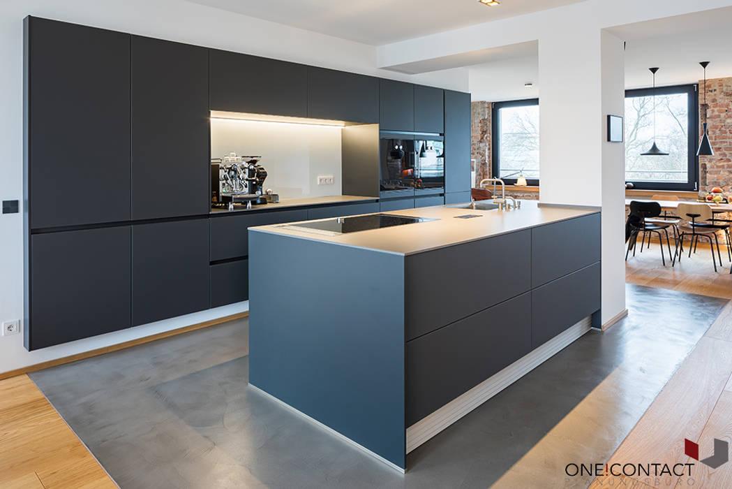URBANE NEUINTERPRETATION MIT WEITBLICK Moderne Küchen von ONE!CONTACT - Planungsbüro GmbH Modern