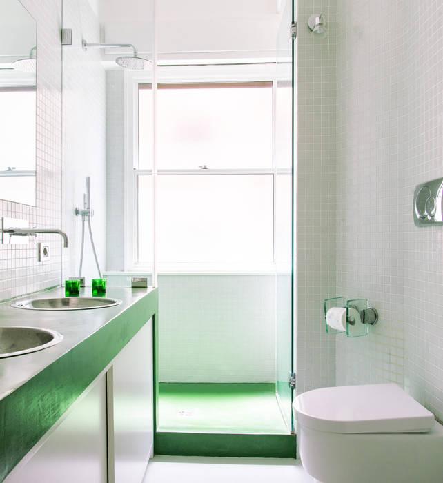 Bagno in bianco con dettagli verdi: Bagno in stile  di VITAE STUDIO - architettura