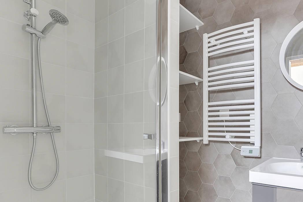 Combles aménagés, salle de bain sobre : salle de bains de style par ...