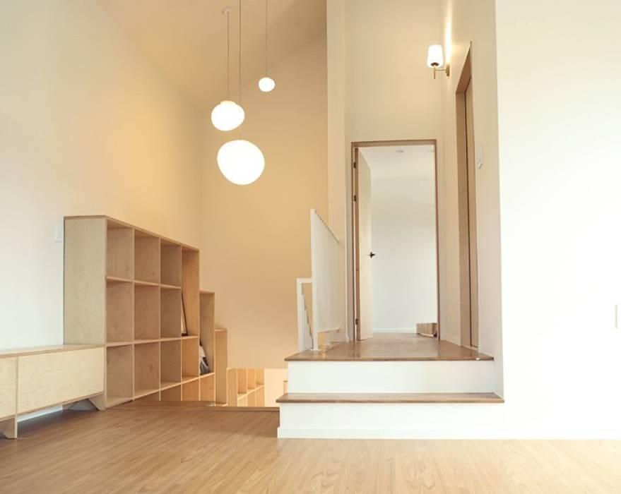 모이는 공간 가족실: 위드하임의  거실