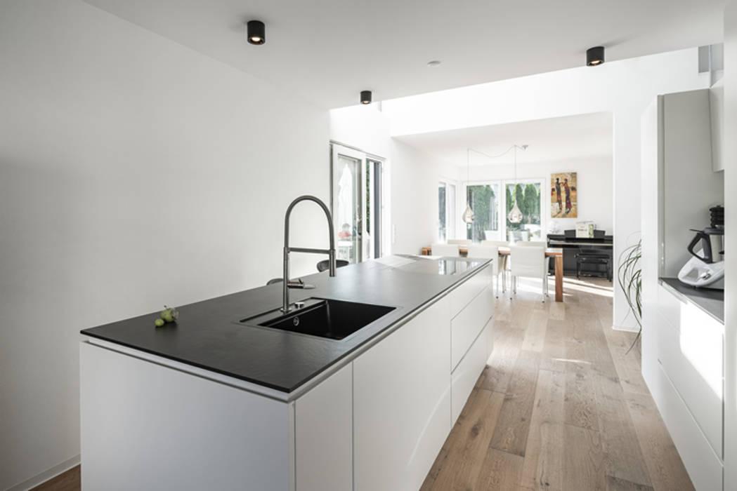 Individuell geplantes Traumhaus mit vielen Highlights innen wie außen :  Küchenzeile von wir leben haus - Bauunternehmen in Bayern