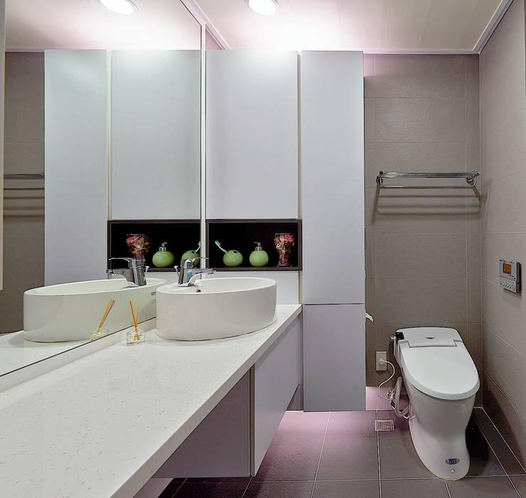 新莊郭公館 現代浴室設計點子、靈感&圖片 根據 Moooi Design 驀翊設計 現代風
