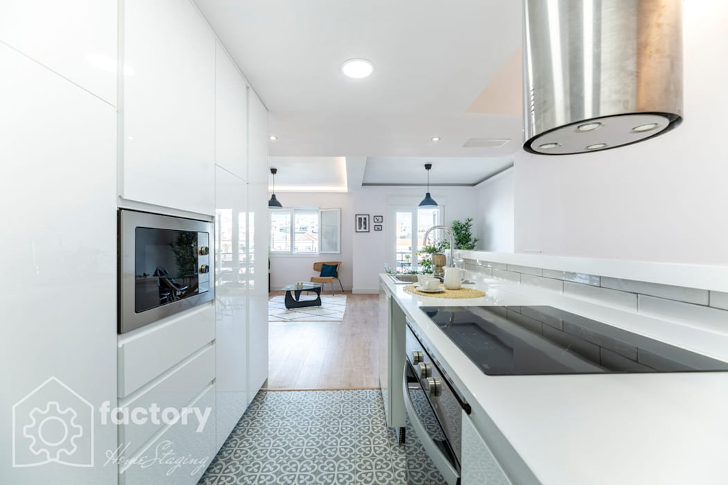 FACTORY HOME STAGING CALLE PEÑUELAS: Cocinas de estilo  de FACTORY HOME STAGING