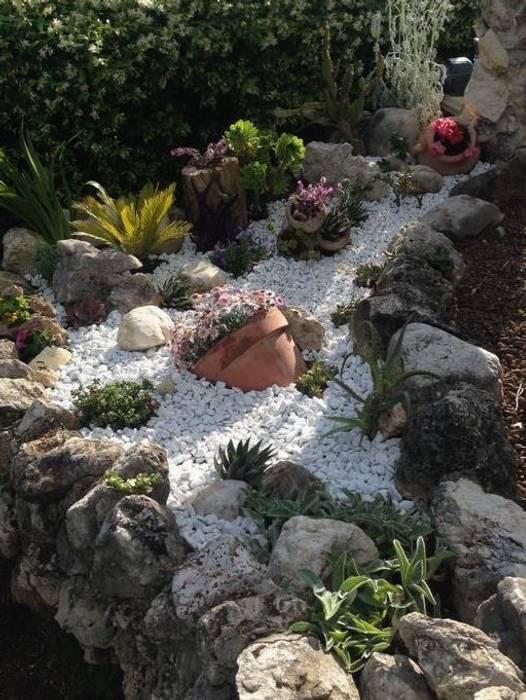 ciottoli bianchi anticati: Giardino in stile  di Trani Gold Stone - la pietra di Trani