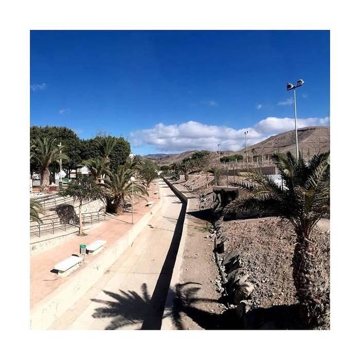 Acondicionamiento Barranco Pinoseco: Jardines delanteros de estilo  de SP_Arquitectura,