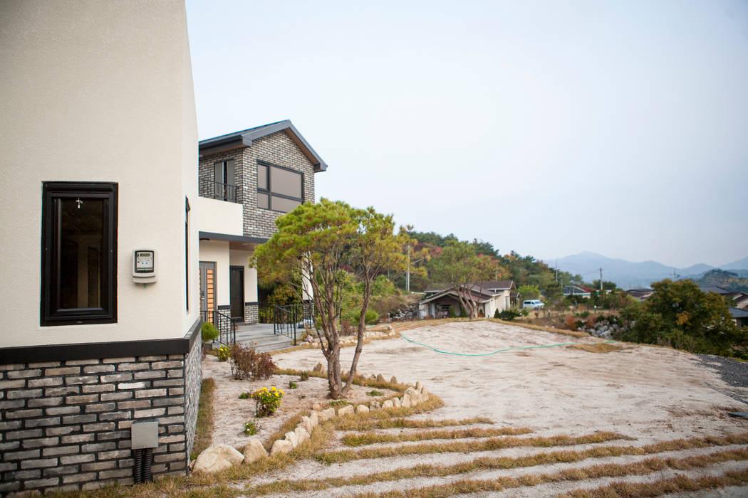 Petites maisons de style  par 8sky design