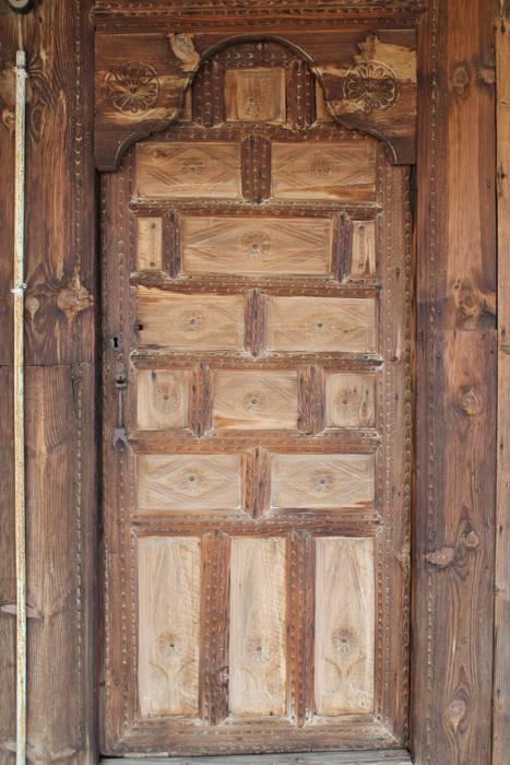 Cửa gỗ by Restorizm Mimarlık Restorasyon Proje Taah. Ltd. Şti