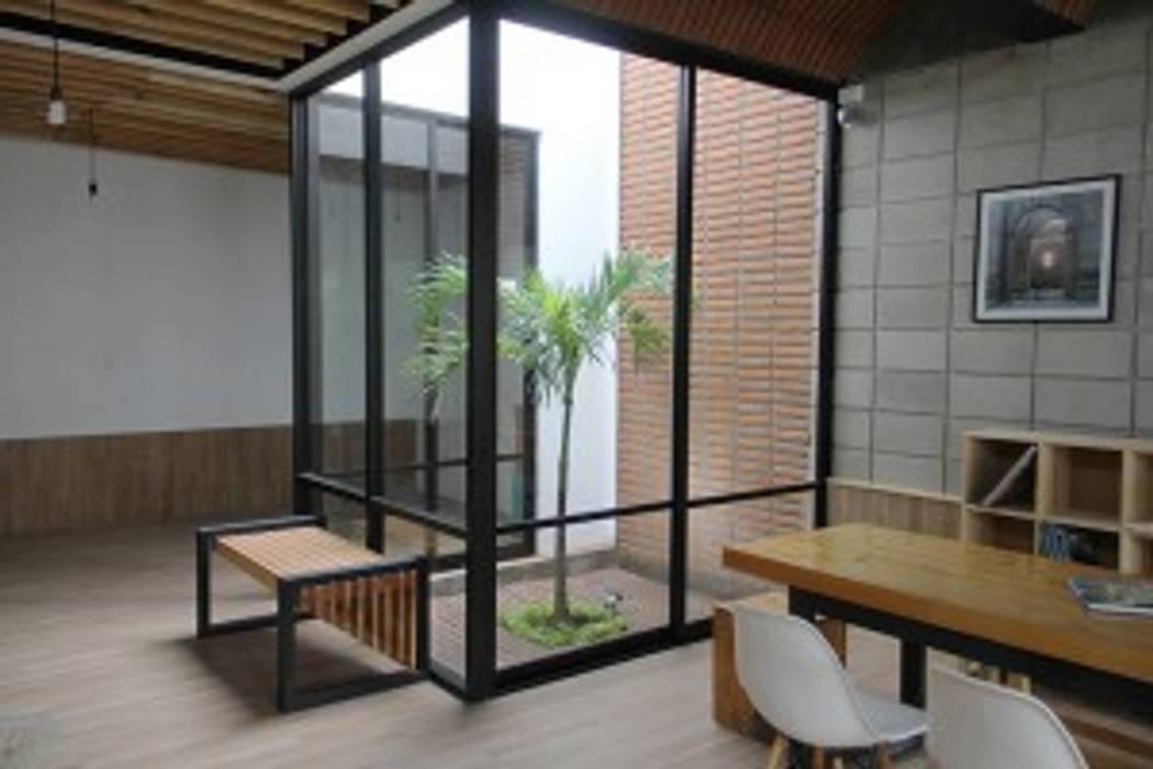 Стеклянная крыша в . Автор – Apaloosa Estudio de Arquitectura y Diseño, Минимализм ДПК