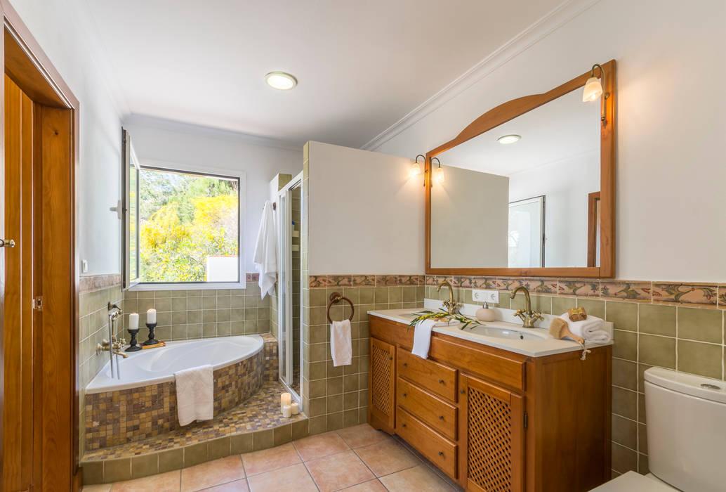 Kamar Mandi Gaya Mediteran Oleh Home & Haus | Home Staging & Fotografía Mediteran