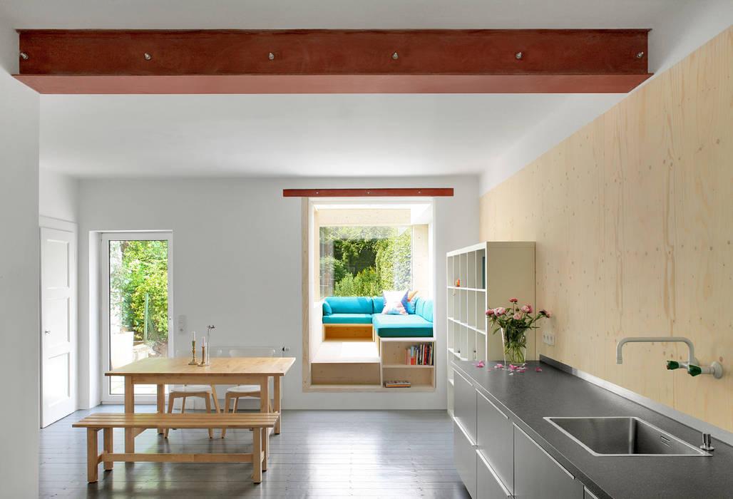 Wohnküche mit Sofa im Garten:   von AMUNT Architekten Martenson und Nagel Theissen BDA