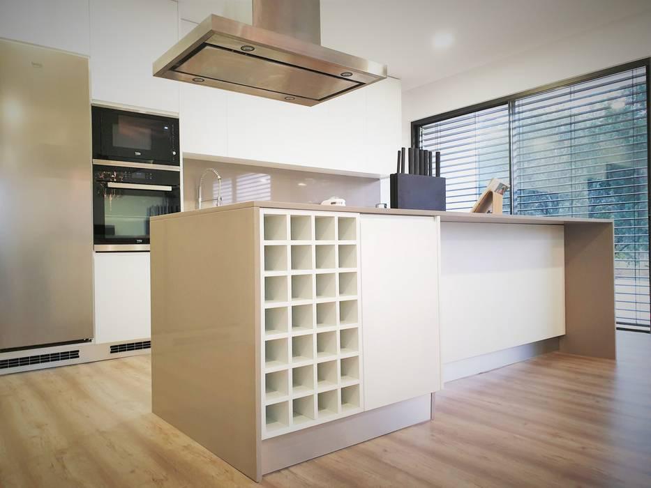 Cozinhas e ilha: Armários de cozinha  por Jesus Correia Arquitecto